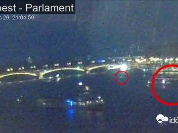 Las cámaras capturan el momento en el que se cree que volcó el barco húngaro en el Danubio