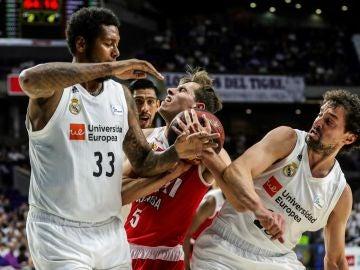Guillem Jou intenta penetrar ante la defensa del Real Madrid