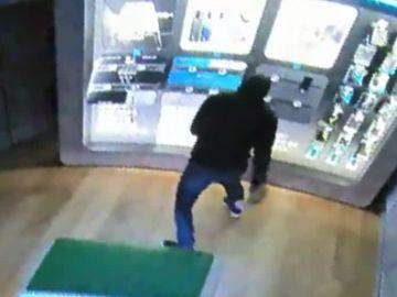 Imagen de los ladrones que entraron en una tienda de Elda