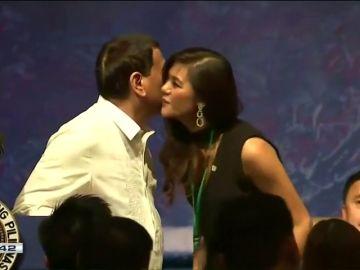 Duterte pide a cuatro mujeres que le den un beso durante un acto en Tokio