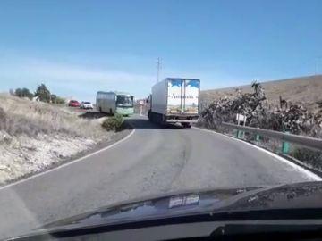 Una carretera de apenas cinco metros en Paterna ocasiona problemas de circulación