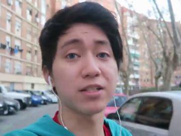 Destierro tecnológico: prohíben utilizar Youtube al joven que humilló a un mendigo ofreciéndole galletas rellenas de pasta de dientes