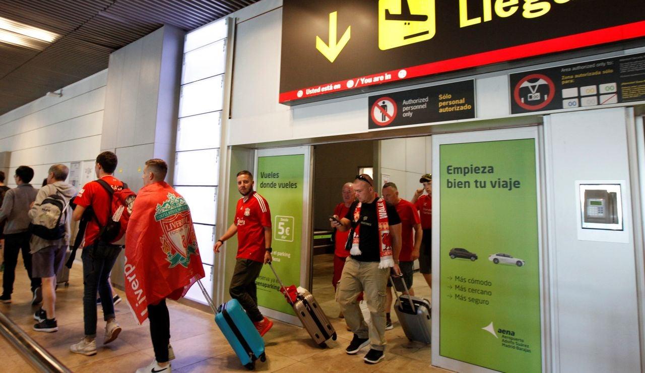 Aficionados ingleses a su llegada al aeropuerto de Madrid-Barajas