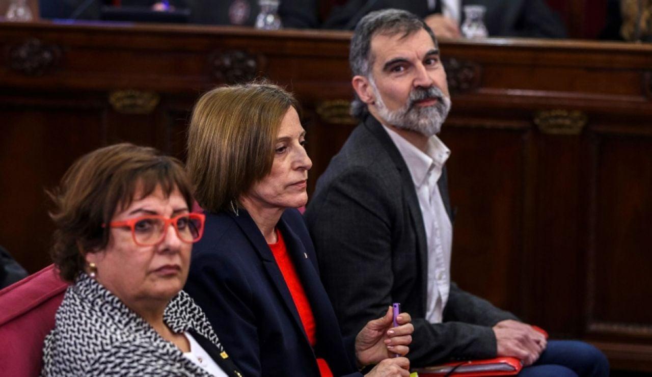 El presidente de Òmnium Cultural, Jordi Cuixart, con la exconsejera de Trabajo, Dolor Bassa y la expresidenta del Parlament, Carme Forcadell durante una sesión del juicio del 'proces'