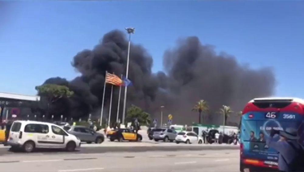 Impresionante incendio en la T2 de Barcelona