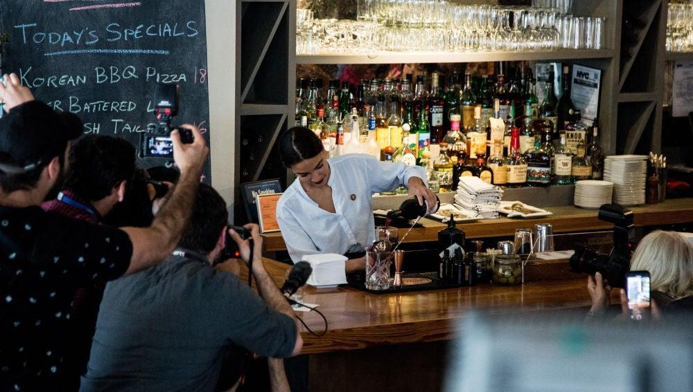 La congresista Alexandria Ocasio sirve copas en Nueva York