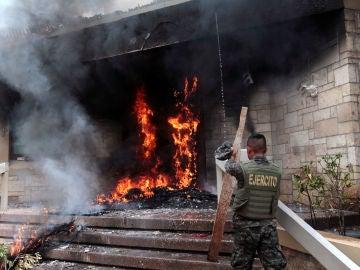 Queman la puerta de la Embajada de Estados Unidos en Honduras