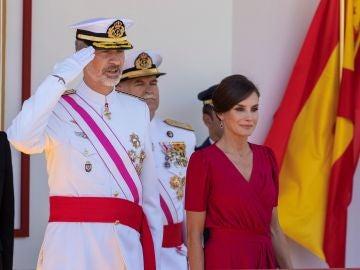 Los Reyes presiden el desfile del Día de las Fuerzas Armadas en Sevilla