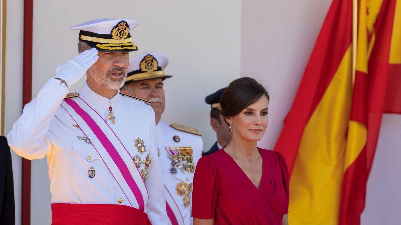 El Gesto Del Rey Felipe VI Al Ver La Bandera De España Mal Colocada En El Desfile Del Día De Las