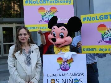 Inmaculada Fernández, de HazteOír, presentando firmas contra el desfile del orgullo gay en Disneyland