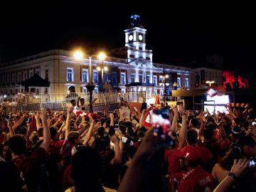 Hinchas del Liverpool celebran en la Puerta del Sol, en Madrid