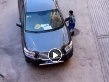 El niño tratando de buscar al dueño de la cartera