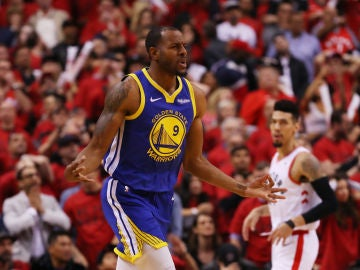 Iguodala celebra un triple con los Golden State Warriors