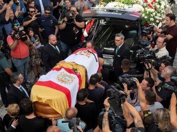 Familiares y amigos portan el féretro con los restos mortales del futbolista José Antonio Reyes