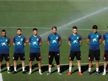 Los jugadores de la Selección guardan un minuto de silencio en memoria de José Antonio Reyes