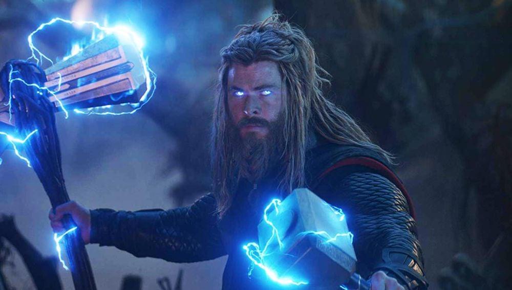 Thor con Mjolnir y Stormbreaker