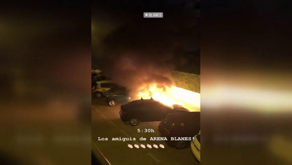 Arden varios coches en una zona de discotecas de Blanes