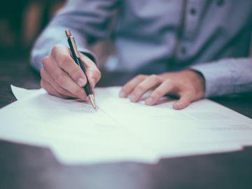 Un hombre escribiendo una carta