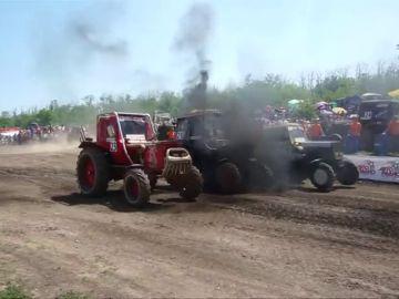 Rusia celebra su tradicional carrera de tractores al sur del país