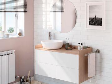 Baño en tonos rosa y blanco combinado con madera
