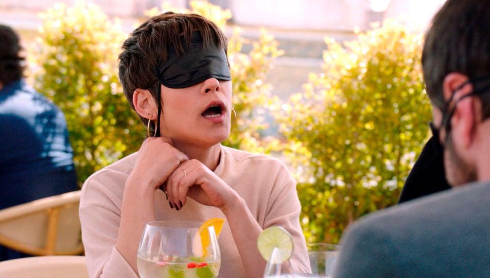 Carmen se insinúa al camarero en la comida sensorial
