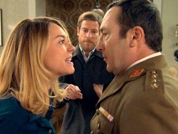 Tomás se presenta en casa de Los Gómez dispuesto a llevarse a Amelia