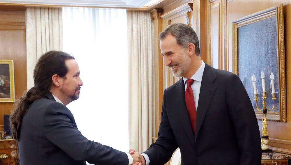El rey Felipe VI saluda al líder de Podemos, Pablo Iglesias