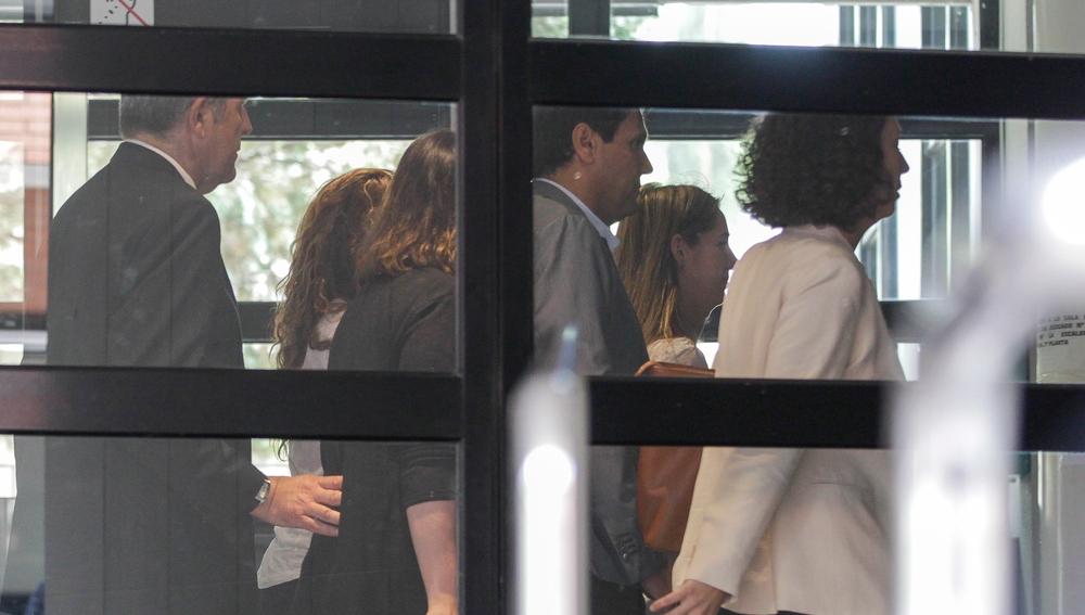 Shakira, con camisa blanca en el juzgado