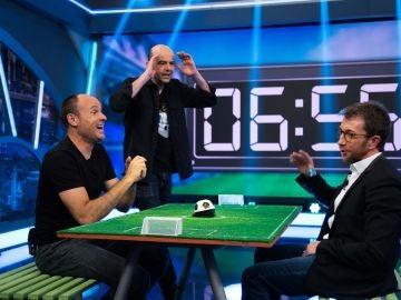Pablo Motos y Antonio Mateu Lahoz se retan a una tanda de penalties en 'El Hormiguero 3.0'