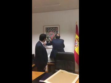 Primera medida de Vox en la Asamblea de Madrid: Sustituye un cuadro de 'Igualdad ante la Ley' por uno de Felipe VI