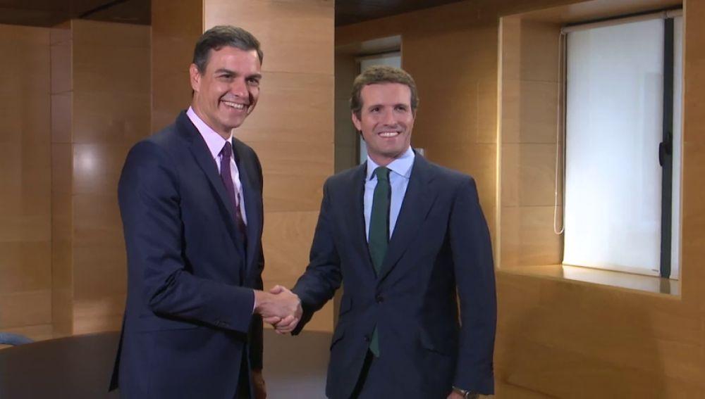 """Pedro Sánchez y Casado cumplen """"cordialmente"""" con el compromiso de reunirse"""