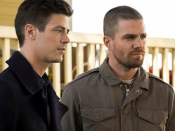 Grant Gustin ('The Flash') y Stephen Amell ('Arrow')