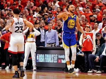 Stephen Curry celebra una canasta ante los Raptors