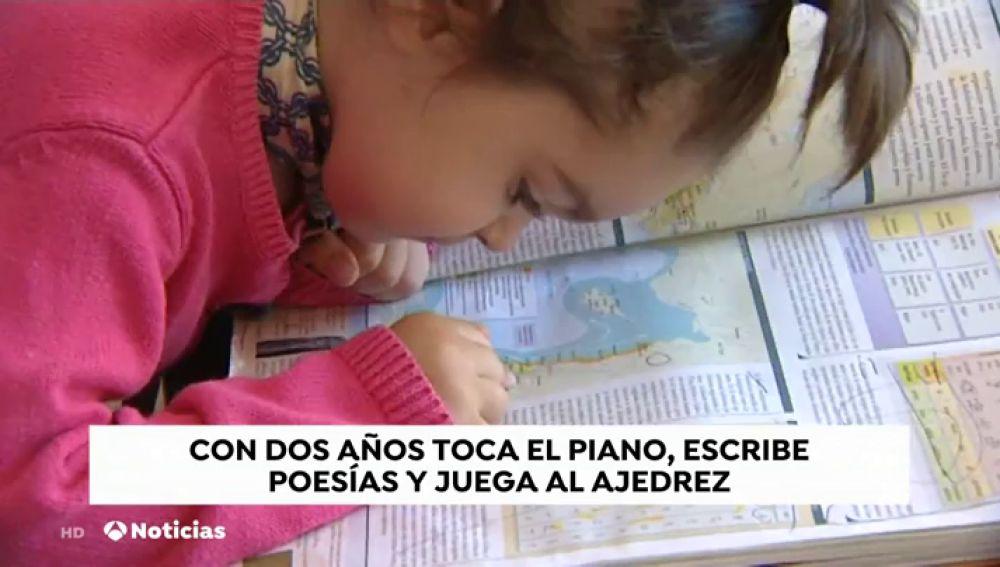 Laura, la niña de 2 años que ya sabe escribir y recitar poemas