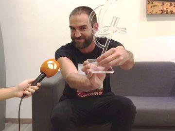 Jon Plazaola dedica a los fans de 'Allí abajo' el Premio La Alcazaba a la mejor serie del año