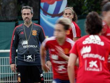El entrenador de la selección española, Jorge Vilda, durante el entrenamiento que han realizado en Lille (Francia) donde preparan el segundo partido del mundial contra Alemania.