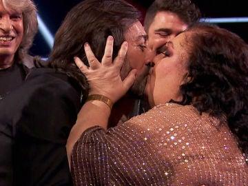La Tata, eufórica, besa a Antonio Carmona tras los mensajes de amor hacia los coaches y asesores de 'La Voz Senior'