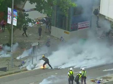 La policía de Hong Kong desaloja a los manifestantes de la sede del Legislativo