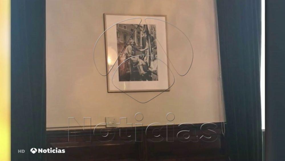 Imágenes en exclusiva: Pisarello retira un retrato del Rey y coloca una foto a favor de la República