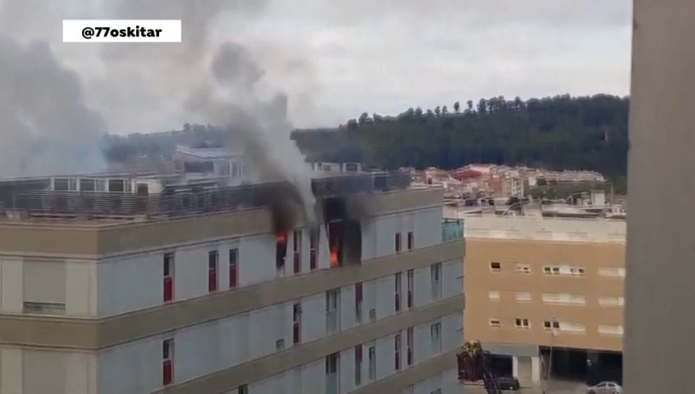 Incendio en un sexto piso tras una explosión