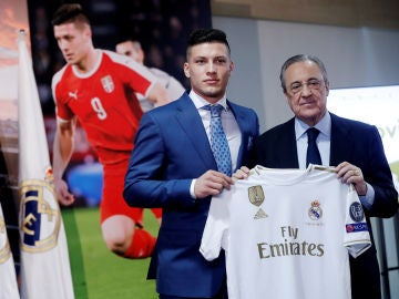 Jovic posa con la camiseta del Real Madrid junto a Florentino Pérez