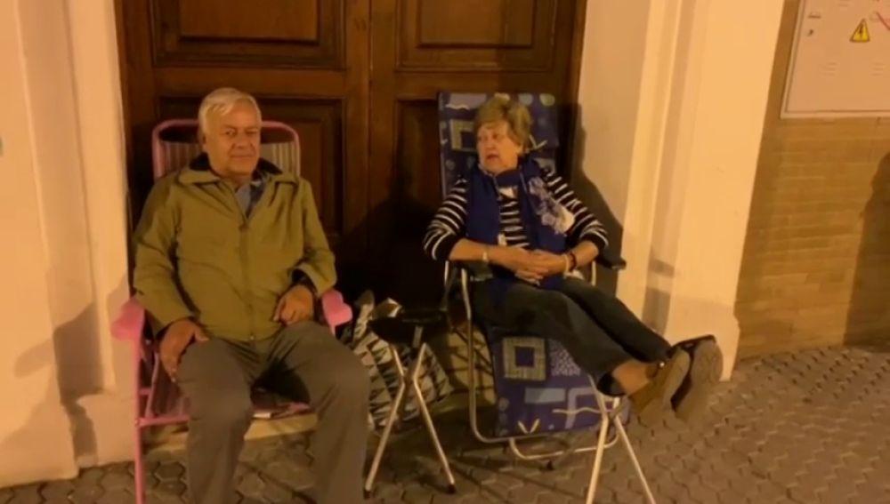 Abuelos de guardia a las puertas de un colegio de Sevilla  para conseguir plaza