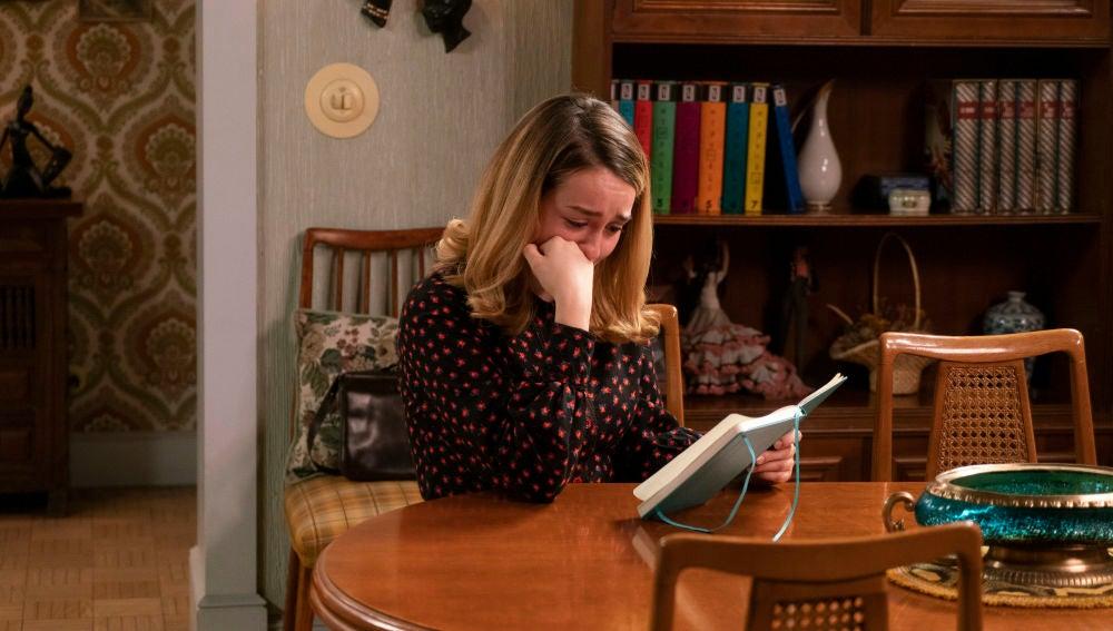 Luisita se derrumba al leer el duro relato que Amelia ha escrito en su diario