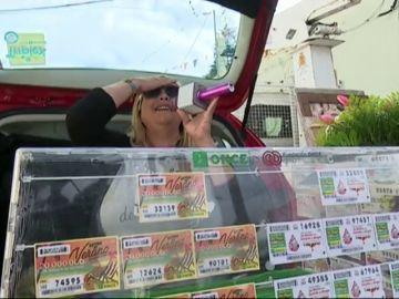 Una vendedora de la ONCE de Gran Canaria vende cupones a ritmo de Raphael