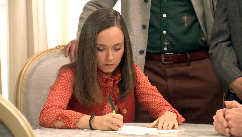 Mónica firma el testamento sin saber que tendrá que renunciar a sus sueños