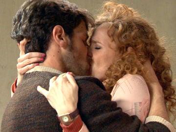 El apasionado reencuentro de Ana y Carlos en la cárcel