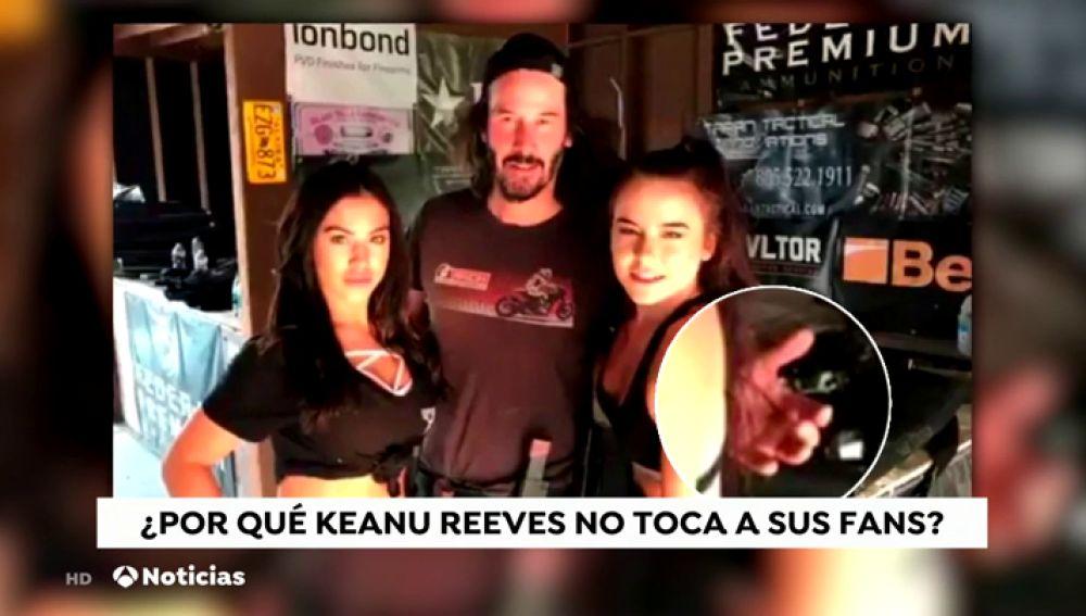 La curiosa forma con la que Keanu Reeves se fotografía con las mujeres