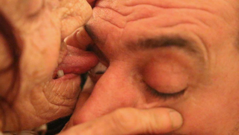Anciana limpia ojos con la lengua