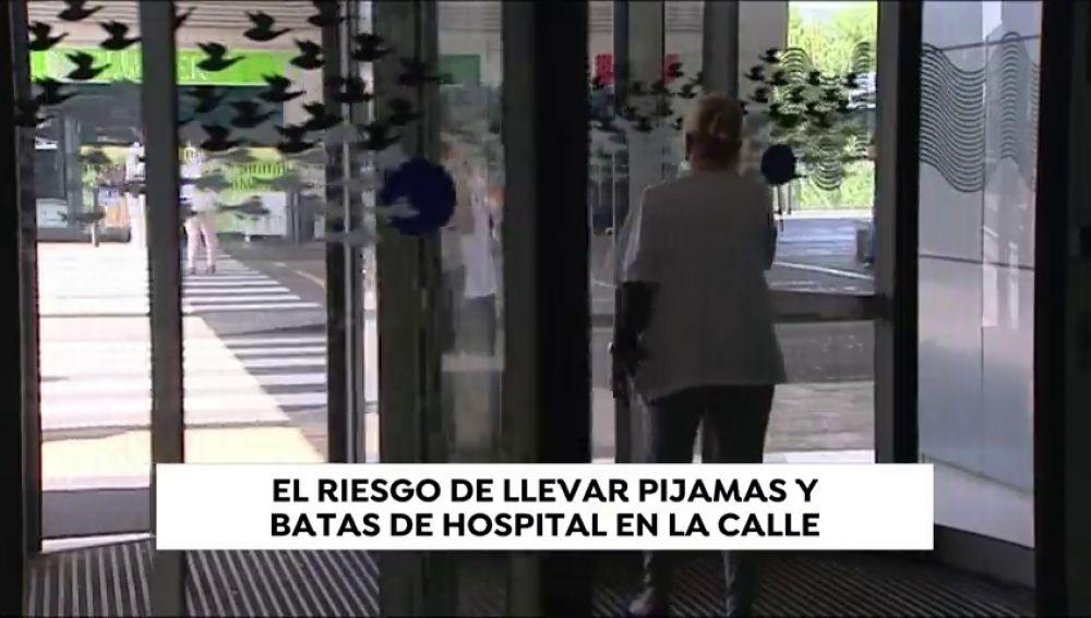 Salir a la calle con la bata del trabajo, los médicos del Hospital Puerta del Mar denuncian la situación ante la posible contaminación de los pacientes