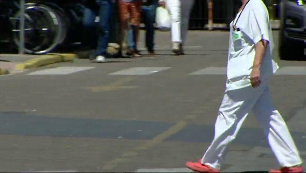 sanitarios con bata en la calle